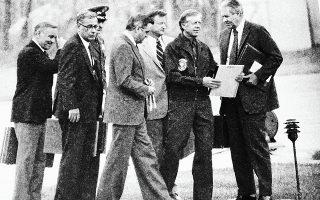 Νοέμβριος του 1979: O διοικητής Stansfield Turner με τον πρόεδρο Κάρτερ και τους συμβούλους του έχουν μεταβεί στο Camp David, προκειμένου να εκτιμήσουν την κατάσταση των Αμερικανών που κρατούνταν όμηροι στο Ιράν.