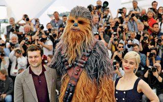O Αμερικανός ηθοποιός Αλντεν Ερενραϊχ, ο... τριχωτός Τσουμπάκα και η Βρετανίδα Εμίλια Κλαρκ, πρωταγωνιστές του «Solo: A Star Wars Story», στο 71ο Φεστιβάλ Καννών.
