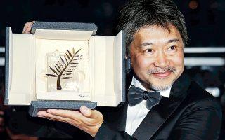 Ο Ιάπωνας σκηνοθέτης Χιροκάζου Κόρε-Εντα, πανευτυχής με τον Χρυσό Φοίνικα ανά χείρας.