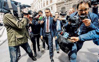 Ο Λουίτζι ντι Μάιο πολιορκείται από φωτορεπόρτερ και δημοσιογράφους καθώς εγκαταλείπει το Κοινοβούλιο.