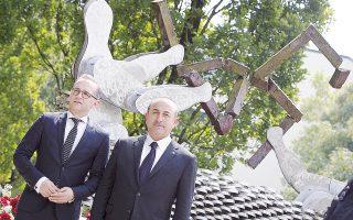 O Τούρκος υπουργός Εξωτερικών Μεβλούτ Τσαβούσογλου (δεξιά) και ο Γερμανός ομόλογός του, Χάικο Μάας, στο μνημείο του Ζόλινγκεν.