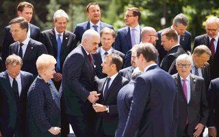 Ο Αλβανός πρωθυπουργός Εντι Ράμα σφίγγει το χέρι του Γάλλου προέδρου Εμανουέλ Μακρόν, στη χθεσινή Σύνοδο Κορυφής Ευρωπαϊκής Ενωσης - Δυτικών Βαλκανίων στη Βουλγαρία. «Δεν βλέπω κανένα άλλο μέλλον για τις χώρες των Δυτικών Βαλκανίων από εκείνο της Ε.Ε. Καμία εναλλακτική λύση, κανένα σχέδιο Β. Οι χώρες των Δυτικών Βαλκανίων είναι αναπόσπαστο μέρος της Ευρώπης και ανήκουν στην κοινότητά μας», δήλωσε στη Σόφια ο πρόεδρος του Συμβουλίου της Ε.Ε. Ντόναλντ Τουσκ.