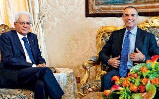 Ουδέν νεώτερον περί σχηματισμού κυβέρνησης από τη χθεσινή συνάντηση του εντολοδόχου πρωθυπουργού Κάρλο Κοταρέλι (δεξιά) με τον πρόεδρο της Δημοκρατίας Σέρτζιο Ματαρέλα. Οι δύο άνδρες θα συναντηθούν εκ νέου σήμερα, εν μέσω εικασιών για πρόωρες εκλογές.