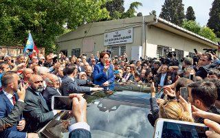 Η επικεφαλής του τουρκικού κόμματος Ιγί, Μεράλ Ακσενέρ, χθες το μεσημέρι, μετά την κατάθεση των 100.000 υπογραφών που απαιτούνται για τη συμμετοχή της στις προεδρικές εκλογές της 24ης Ιουνίου. Σε σφυγμομέτρηση που δημοσιεύθηκε στα μέσα Απριλίου, ο πρόεδρος Ερντογάν εμφανίζεται να εξασφαλίζει 40% των ψήφων, ενώ η Ακσενέρ έρχεται δεύτερη με 30%, ποσοστά που αν επαληθευθούν, θα οδηγήσουν την αναμέτρηση σε δεύτερο γύρο με απρόβλεπτα αποτελέσματα – ιδίως εφόσον η Ακσενέρ στηριχθεί από το ρεπουμπλικανικό CHP.