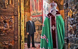 Ο Ρώσος πρόεδρος Βλαντιμίρ Πούτιν, ο οποίος ορκίστηκε χθες τέταρτη φορά στην προεδρία της χώρας του, παρακολουθεί τη λειτουργία στην οποία χοροστατεί ο Ρώσος ορθόδοξος πατριάρχης Κύριλλος, μετά την τελετή ορκωμοσίας του. «Θεωρώ καθήκον μου και νόημα της ζωής μου να κάνω ό,τι μπορώ για τη Ρωσία, για το παρόν και για το μέλλον της», δήλωσε αφού ορκίσθηκε στο σύνταγμα. Ο Πούτιν, ο οποίος επανεξελέγη τον Μάρτιο με 76,7% των ψήφων, βρίσκεται στην ηγεσία της χώρας από το 2000 ως αρχηγός του κράτους ή της κυβέρνησης.