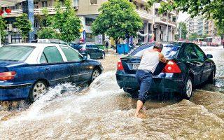 Ανοιξαν αιφνιδίως οι ουρανοί χθες το μεσημέρι και «πνίγηκε» η Θεσσαλονίκη από την έντονη νεροποντή. Οι δρόμοι μετατράπηκαν σε ορμητικά ρέματα, ενώ πλατείες και πλατώματα έγιναν λίμνες. Γυναίκα παρασύρθηκε από τα νερά στις Συκιές, αλλά τελικώς διασώθηκε. Μέσα σε μία μόλις ώρα καταγράφηκαν 72,4 χιλιοστά βροχής, ενώ η θερμοκρασία σημείωσε θεαματική πτώση από τους 23 στους 13 βαθμούς Κελσίου. Πλημμύρισαν υπόγεια και ισόγεια σπίτια και καταστήματα, προκλήθηκε κυκλοφοριακό κομφούζιο, αυτοκίνητα παγιδεύτηκαν σε γέφυρες.