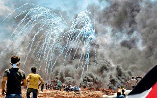 Παλαιστίνιοι κινούνται προς τον μεθοριακό φράκτη, αψηφώντας τη βροχή δακρυγόνων. Ο Ισραηλινός πρωθυπουργός Μπέντζαμιν Νετανιάχου χαιρέτισε τη «θαρραλέα» απόφαση Τραμπ για τη μεταφορά της πρεσβείας.