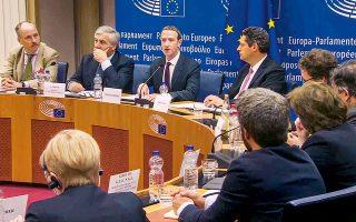 Ο επικεφαλής του Facebook, Μαρκ Ζούκερμπεργκ, στη χθεσινή ακρόαση από τους προέδρους των πολιτικών ομάδων του Ευρωκοινοβουλίου στις Βρυξέλλες. Ο Ζούκερμπεργκ βρέθηκε αντιμέτωπος με δεκάδες διεισδυτικές ερωτήσεις τις οποίες απέφυγε, υποσχόμενος να απαντήσει αργότερα γραπτώς. Στην αρχή της τοποθέτησής του, ζήτησε συγγνώμη για το γεγονός ότι το Facebook «δεν αντιμετώπισε με αρκετά ευρύ τρόπο τις ευθύνες του» στο θέμα της προστασίας των δεδομένων των χρηστών του, αλλά και της καταπολέμησης των ψευδών ειδήσεων.