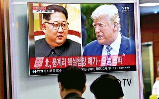 Ακύρωσε την προγραμματισμένη για τις 12 Ιουνίου σύνοδο κορυφής με τον Κιμ Γιονγκ Ουν ο Ντόναλντ Τραμπ, επικαλούμενος πρόσφατες δηλώσεις του Βορειοκορεάτη ηγέτη. Λίγες ώρες νωρίτερα, η Πιονγιάνγκ είχε καταστρέψει το πεδίο πυρηνικών δοκιμών της παρουσία ομάδας ξένων δημοσιογράφων, σε μια χειρονομία καλής θελήσεως προς την Ουάσιγκτον. Στη φωτογραφία, πολίτες της Νότιας Κορέας παρακολουθούν τα νεότερα, αναφορικά με την περιπετειώδη σχέση των δύο ηγετών, στον κεντρικό σιδηροδρομικό σταθμό της Σεούλ.