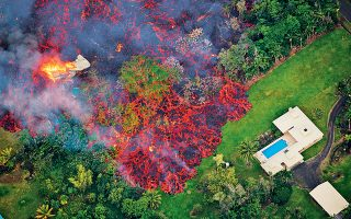Λάβα από το ηφαίστειο Κιλαουέα έχει ήδη καταστρέψει μία κατοικία στην περιοχή των Κτημάτων Λεϊλάνι και ετοιμάζεται να «καταπιεί» μία δεύτερη. Σύμφωνα με τα πρώτα στοιχεία, ο συνολικός αριθμός των σπιτιών που έχουν καταστραφεί ανέρχεται σε 21 και –όπως προειδοποιούν οι ειδικοί– η ηφαιστειακή δραστηριότητα θα διαρκέσει πολλές εβδομάδες ακόμα.