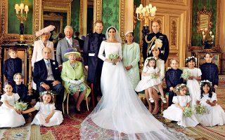 Ολο χαμόγελα στην οικογενειακή γαμήλια φωτογραφία του δούκα και της δούκισσας του Σάσεξ, δηλαδή του πρίγκιπα Χάρι και της Μέγκαν Μαρκλ. Καθιστοί δίπλα στο νιόπαντρο ζευγάρι η βασίλισσα Ελισάβετ και ο δούκας του Εδιμβούργου, πρίγκιπας Φίλιππος. Ο πρίγκιπας Κάρολος στέκεται δίπλα στον γιο του με τη δούκισσα της Κορνουάλης. Δίπλα στη νύφη η μητέρα της, Ντόρια Ρά-γκλαντ, και καθιστή η δούκισσα του Κέμπριτζ, Κέιτ, μπροστά από τον πρίγκιπα Ουίλιαμ.