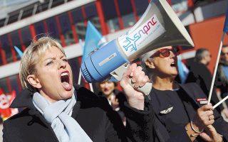 Εξαιτίας της χθεσινής απεργίας του ιπταμένου προσωπικού, ο γαλλικός αερομεταφορέας ακύρωσε το 15% των πτήσεών του. Πρόκειται για τη 14η απεργία από τον Φεβρουάριο. Ο παραιτηθείς CEO Ζαν-Μαρκ Ζανεγιάκ είχε στόχο να μειώσει τα κόστη στην Air France, για να μπορέσει να αντεπεξέλθει στον ανταγωνισμό.