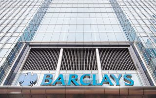 Η τιμή της μετοχής της Barclays εμφάνισε, χθες, πτώση της τάξεως του 0,4% στο Λονδίνο, ενώ της Standard Chartered ενισχύθηκε κατά 2,2%, μετά την είδηση ότι συζητείται το ενδεχόμενο συγχώνευσής τους.