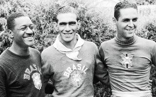 Ο Μοασίρ Μπαρμπόζα στα αριστερά (μαζί με τους Κάρλος Καστίγιο και Γιλμάρ Ντοσάντος) βίωσε την απαξίωση εξαιτίας ενός γκολ και του χρώματός του.