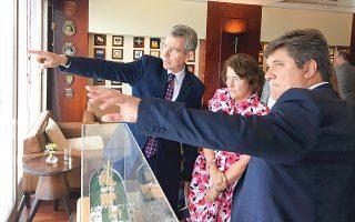 Ο Αμερικανός πρέσβης Τζέφρεϊ Πάιατ με τη σύζυγό του Μέρι και τον πρόεδρο του Propeller Club Γιώργο Ξηραδάκη.