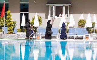 Πελάτισσες του Elvin Deluxe Hotel στην Αλάνια επιλέγουν να μην αφαιρέσουν την ισλαμική τους περιβολή.