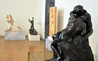 Φωτογραφία που δόθηκε σήμερα στη δημοσιότητα από το Υπουργείο Πολιτισμού και εικονίζει άγαλμα «Φιλί» του A. Rodin, δάνειο του Κοινωφελούς Ιδρύματος Αλέξανδρος Σ. Ωνάσης, και ο «Άσωτος Υιός», δάνειο της Εθνικής Πινακοθήκης, σε συνομιλία με τον Γαλάτη πολεμιστή του ΕΑΜ από την ύστερη ελληνιστική περίοδο. Το Εθνικό Αρχαιολογικό Μουσείο φιλοξενεί από το καλοκαίρι του 2016 έργα του Auguste Rodin στους μόνιμους εκθεσιακούς του χώρους, τα οποία στάλθηκαν ως  «δώρα» με τη μορφή δανεισμού για την επέτειο των 150 χρόνων του Μουσείου από το National Museum of Western Art του Τόκιο, την Εθνική Πινακοθήκη και το Κοινωφελές Ίδρυμα Αλέξανδρος Σ. Ωνάσης, Τρίτη 7 Μαρτίου 2017. ΑΠΕ-ΜΠΕ/Εθνικό Αρχαιολογικό Μουσείο/STR