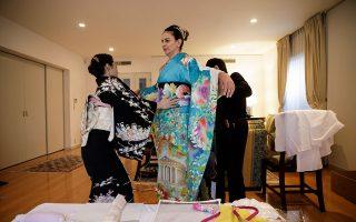 Η Κατερίνα Μαθιουδάκη, σύζυγος του Έλληνα πρέσβη στην Ιαπωνία Λουκά Καρατσόλη, στα τελευταία στάδια φορέματος του κιμονό. (Φωτογραφίες: Ανδρονίκη Χριστοδούλου)