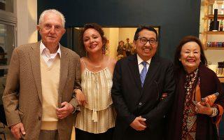 Από αριστερά, ο Παναγής Βουρλούμης, η κόρη του Ειρήνη, ο πρέσβης της Ινδονησίας Φέρι Αναμχάρ και η Εντιάνα Βουρλούμη.