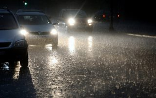 Αυτοκίνητα κινούνται σε κεντρική λεωφόρο κατά τη διάρκεια έντονης βροχόπτωσης τις απογευματινές ώρες στην Αθήνα, Κυριακή 6 Μαΐου 2018. ΑΠΕ-ΜΠΕ/ ΑΠΕ-ΜΠΕ/ ΣΥΜΕΛΑ ΠΑΝΤΖΑΡΤΖΗ