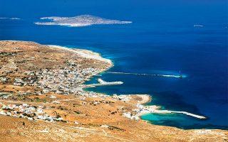 Το Φρυ, το ένα από τα τρία μεγάλα χωριά του νησιού, και στο βάθος τα Αρμάθια. (Φωτογραφία: ΚΛΑΙΡΗ ΜΟΥΣΤΑΦΕΛΛΟΥ)