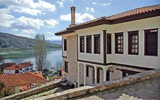 Το «αρχοντικό Βέργουλα» του 19ου αιώνα μετά την ανακαίνισή του λειτουργεί σήμερα ως ξενοδοχείο υψηλών προδιαγραφών.