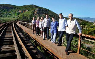 Η «Κ» επισκέπτεται τη γέφυρα του Γοργοποτάμου, που ανατίναξαν ενωμένες οι ελληνικές αντιστασιακές ομάδες και οι Βρετανοί κομάντος το 1942, με συντροφιά τον γιο, την κόρη και τα εγγόνια του Κρις Γουντχάουζ, ο οποίος διαδραμάτισε πρωταγωνιστικό ρόλο στο γεγονός. Ενα οικογενειακό ταξίδι στην Ελλάδα, φόρος τιμής στον «Μόντι», τον πολεμιστή, τον συγγραφέα και τον κοινοβουλευτικό άνδρα. Ο Βρετανός αριστοκράτης που αγάπησε την πατρίδα μας με πραγματικό πάθος και έκανε τα πάντα για να μείνει προσδεδεμένη στο άρμα της Δύσης κατά την πιο κρίσιμη περίοδο του πολέμου.