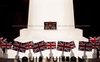 Το κατάστημα της Louis Vuitton στη New Bond Street έχει διακοσμήσει τη βιτρίνα του με το αντίστοιχο concept.