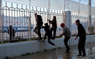 Mετανάστες επιχειρούν να επιβιβαστούν σε πλοία από το λιμάνι της Πάτρας με προορισμό την Ιταλία.