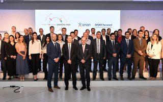Εκπρόσωποι των 40 εταιρειών που συμμετέχουν στο πρόγραμμα «ΟΠΑΠ Forward», με τη Διοίκηση του ΟΠΑΠ (Πετρ Ματεγιόφσκι Chief Customer Οfficer, Ντάμιαν Κόουπ Διευθύνων Σύμβουλος, Σπύρος Φωκάς Αντιπρόεδρος Α')