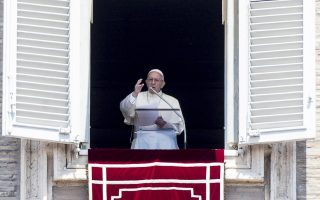 epa06751962 Pope Francis blesses the faithful during the Regina Coeli prayer from the window of his office in Saint Peter's Square, Vatican City, 20 May 2018.  EPA/ANGELO CARCONI
