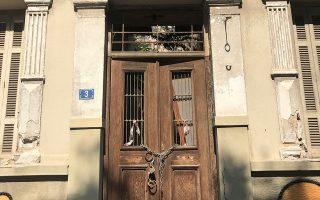 Η εξώθυρα στο μονώροφο νεοκλασικό σπίτι της οδού Μαργαρίτη 3, στη συνοικία Κυνοσάργους.