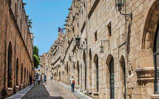 Διαβείτε τα τείχη της μεσαιωνικής πόλης της Ρόδου και ταξιδέψτε στον χρόνο. (Φωτογραφία: ΚΛΑΙΡΗ ΜΟΥΣΤΑΦΕΛΛΟΥ)
