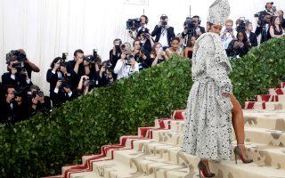 Όπως το 2015 και το 2017, η Ριάνα εμφανίστηκε με πολύ κοντό φόρεμα, με ασορτί μίντι μαντό και μίτρα, όλα κεντημένα με εκατοντάδες πέρλες και μαύρα πετράδια. Φόρεμα και μαντό φέρουν την υπογραφή του οίκου Margiela, κλείνοντας έτσι τον κύκλο για τον σχεδιαστή Τζον Γκαλιάνο, του οποίου αρκετά μοντέλα από την περίοδο που ήταν στον οίκο Dior παρουσιάζονται στη νέα έκθεση: «Ουράνια Σώματα: Μόδα και Καθολική Φαντασία», που ανοίγει την Πέμπτη για το κοινό.
