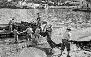 Ψαράδες στη Μύκονο το καλοκαίρι του 1955. (Φωτογραφία: © Robert A. McCabe)