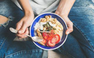 ayta-einai-ta-4-super-foods-poy-den-prepei-na-leipoyn-apo-to-trapezi-soy-aytin-tin-anoixi0