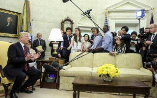 Ο πρόεδρος των ΗΠΑ υποδέχθηκε στον Λευκό Οίκο τον Νοτιοκορεάτη ομόλογό του Μουν Τζε-ιν