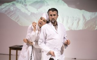 Η Βασιλική Σκευοφύλαξ και ο Κώστας Κορωναίος στον «Τριστάνο», σε σκηνοθεσία της Μαρίας Μαγκανάρη.
