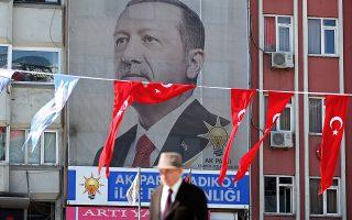 Η αντιπολίτευση καταγγέλλει τον Ερντογάν ότι προωθεί την επανεκλογή του με... εξαγορά ψήφων. Μόλις μία εβδομάδα πριν από τις εκλογές της 24ης Ιουνίου, σχεδόν 12 εκατ. συνταξιούχοι θα λάβουν 1.000 λίρες, περίπου 200 ευρώ.