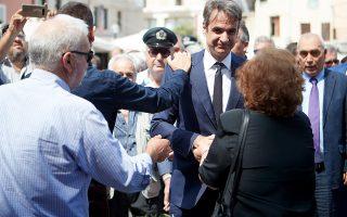 Ο πρόεδρος της Νέας Δημοκρατίας Κυριάκος Μητσοτάκης συνομιλεί με πολίτες προσερχόμενος στο ετήσιο μνημόσυνο του πατέρα του, το Σάββατο 26 Μαΐου 2018. Ένας χρόνος συμπληρώνεται σε λίγες ημέρες από τότε που πέθανε ο πρώην πρωθυπουργός Κωνσταντίνος Μητσοτάκης, στις 29 Μαΐου 2017 σε ηλικία 99 ετών. Για το λόγο αυτό, τελέστηκε  στον Ιερό Μητροπολιτικό Ναό Χανίων το ετήσιο μνημόσυνο του εκλιπόντος πολιτικού, παρουσία του προέδρου της ΝΔ, Κυριάκου Μητσοτάκη, της βουλευτού του κόμματος Ντόρας Μπακογιάννη, των άλλων παιδιών του, στελεχών της Νέας Δημοκρατίας και πλήθος κόσμου.  ΑΠΕ-ΜΠΕ/ΓΡΑΦΕΙΟ ΤΥΠΟΥ ΝΔ/ΔΗΜΗΤΡΗΣ  ΠΑΠΑΜΗΤΣΟΣ