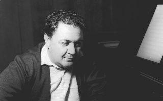 Ο Μάνος Χατζιδάκις την εποχή που έγραφε τα έργα του «Μυθολογία» και «15 Εσπερινοί».