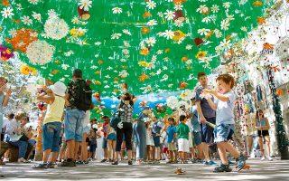 Μικροί και μεγάλοι διασκεδάζουν σε πάρτι δρόμου της συνοικίας Gràcia. (Φωτογραφία: © AFP/VISUALHELLAS.GR)