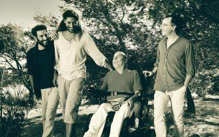 Οι τρεις... σωματοφύλακες (Τάκης Φαραζής, Πέτρος Βαρθακούρης, Θάνος Χατζηαναγνώστου) με τον εμπνευστή της μπάντας Γιάννη Μπαλίκο.