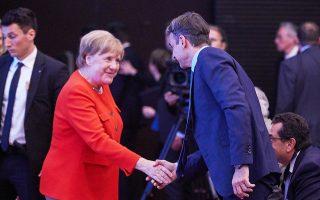 Θερμή χειραψία του Κυρ. Μητσοτάκη με τη Γερμανίδα καγκελάριο Αγκελα Μέρκελ, χθες, στο Μόναχο.