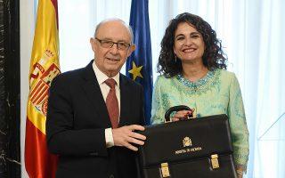 Η νέα υπουργός Οικονομικών Μαρία Χέσους Μοντέρο παραλαμβάνει τον χαρτοφύλακα και το χαρτοφυλάκιο από τον προκάτοχό της.