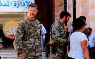 Ο Αμερικανός ταξίαρχος Τζέιμς Τάραρντ κατά τη χθεσινή επίσκεψή του στο Μανμπίτζ, όπου είχε επαφές με τις αραβικές και κουρδικές δυνάμεις που ελέγχουν την πόλη.