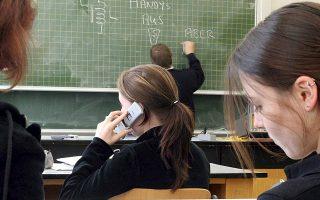 Στη Γαλλία η νομοθεσία ήδη αναφέρει ότι τα παιδιά δεν πρέπει να χρησιμοποιούν τα τηλέφωνά τους μέσα στις τάξεις. Το νέο ν/σ απαγορεύει τη χρήση τους σε όλους τους χώρους του σχολείου.