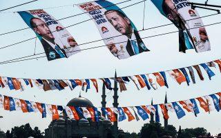 Οι επιθέσεις της γείτονος εναντίον της Ελλάδας εντάσσονται στον προεκλογικό αγώνα στον οποίο έχουν αποδυθεί ο Ερντογάν και το κυβερνών κόμμα ΑΚΡ.