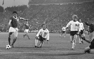 Ο Γιούργκεν Σπαρβάσερ σκοράρει προ του Σεπ Μάγερ στον ιστορικό αγώνα του 1974, ανάμεσα στη Δυτική και την Ανατολική Γερμανία.