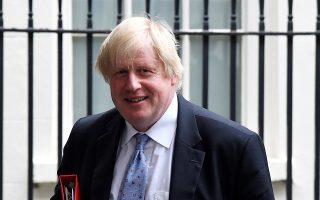 Ο Βρετανός υπουργός Εξωτερικών Μπόρις Τζόνσον ενώ αποχωρεί από την πρωθυπουργική κατοικία της Ντάουνινγκ Στριτ. Οι Εργατικοί ζήτησαν την παραίτησή του, αλλά η Τερέζα Μέι εξακολουθεί να τον καλύπτει.